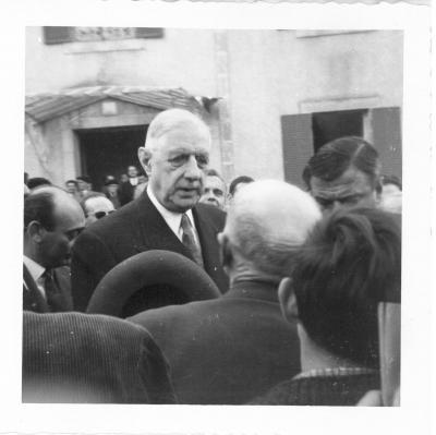 Photo De Gaulle devant la mairie de Châlus